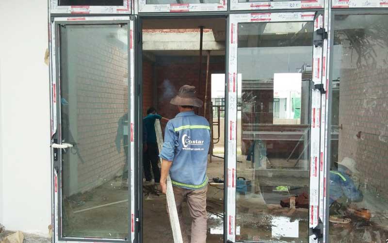 Thợ xây sửa nhà phần thô chuyên nghiệp.