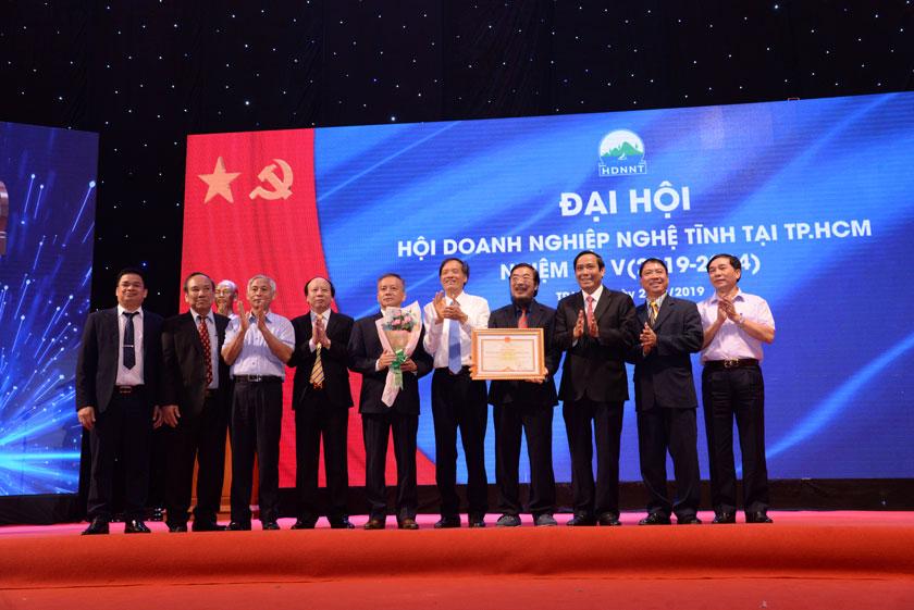 Hội DNNT tại TpHCM nhận bằng khen từ Chủ tịch UBND Tỉnh Hà Tỉnh.
