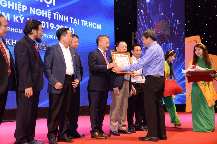 Hội DNNT tại TpHCM nhận bằng khen từ Chủ tịch UBND TpHCM.